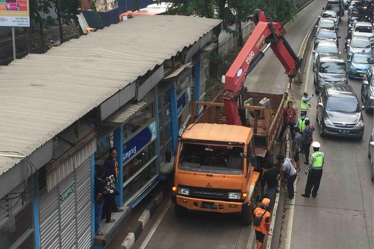 Kamis (19/4/2018) dini hari, sebuah truk kontainer bernopol B 9715 GDA menabrak Halte Simprug di kawasan Kebayoran Lama, Jakarta Selatan. Kejadian itu membuat sebagian kaca halte pecah serta merusak fondasi halte.