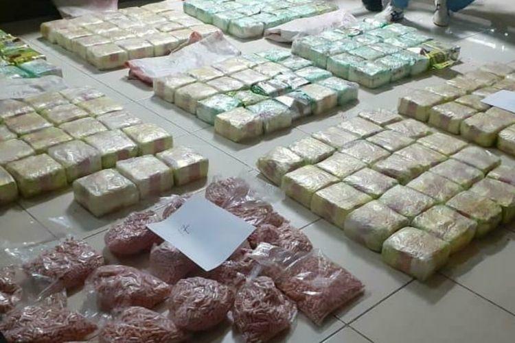 171 kilogram sabu dan puluhan ribu butir pil ekstasi yang diamankan oleh tim gabungan Badan Narkotika Nasional (BNN) dari dua warga Banyuasin, Sumatera Selatan.