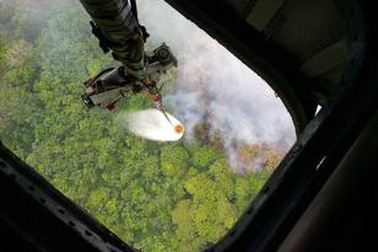 Proses pemadaman api menggunakan water bombing disejumlah titik api di wilayah Kabupaten Kubu Raya, Kalimantan Barat (3/9/2015).