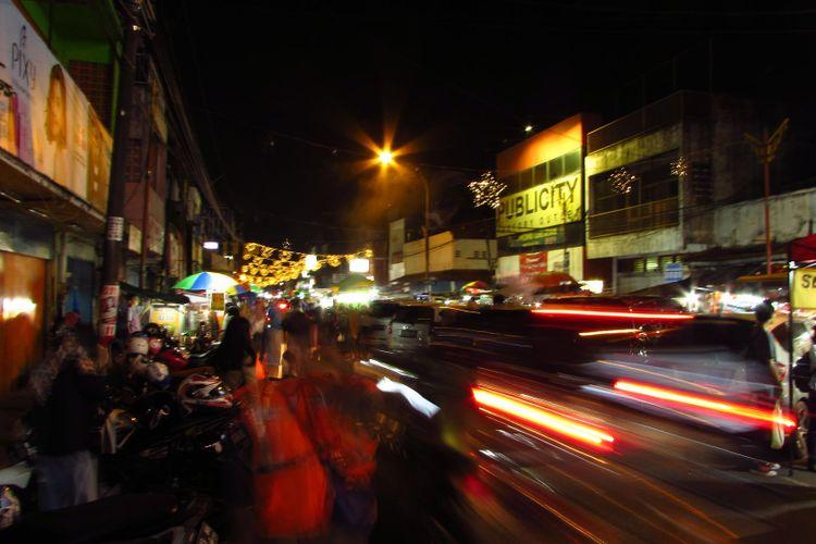 Hiruk-pikuk Pasar Lama Tangerang di malam hari.
