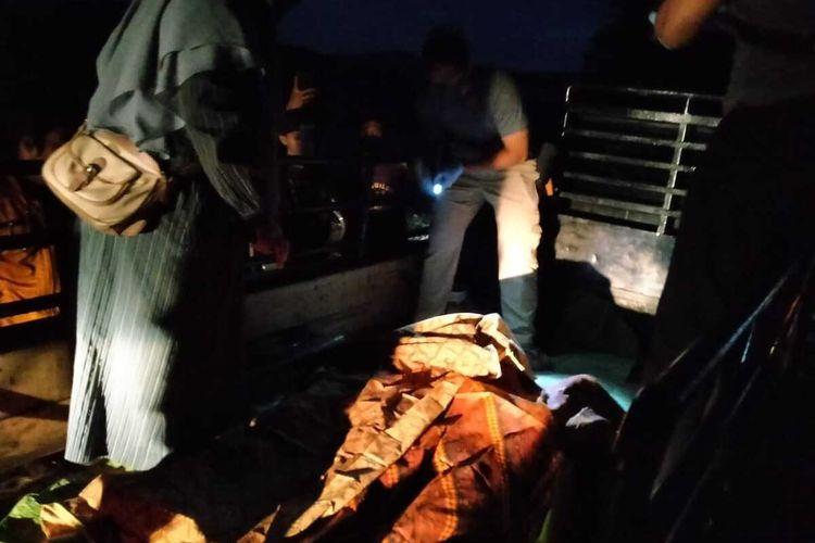 Evakuasi jasad korban tenggelam di Sungai Serayu, Desa Kaliori, Kecamatan Kalibagor, Kabupaten Banyumas, Jawa Tengah, Selasa (21/7/2020) malam.