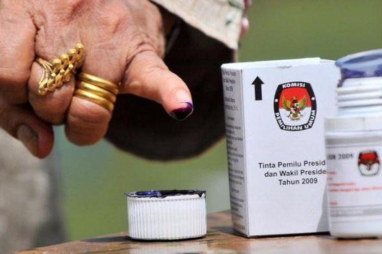 Warga mencelupkan jari dalam tinta usai mencontreng dalam Pilpres 2009 di TPS 5 Desa Gue Gajah, kecamatan Darul Imarah, Aceh Besar, Rabu (8/7/2009).