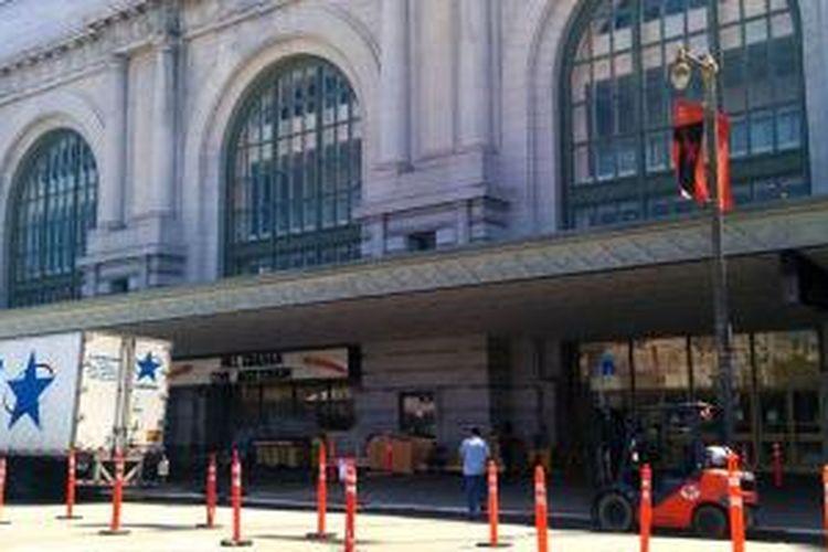 Aktivitas pengangkutan barang sudah terlihat di gedung Bill Graham Civic Auditorium, San Francisco yang akan menjadi tempat peluncuran iPhone 6s.