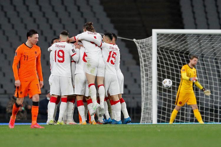 Para pemain timnas Turki merayakan gol ketiga mereka dalam pertandingan melawan Belanda pada Kualifikasi Piala Dunia 2022 di Stadion Olimpiade Ataturk, Kamis (25/3/2021) dini hari WIB.