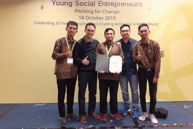 Tim Nyampah Corporation ketika menerima pendanaan dari Young Social EntrepreneursSingapura.