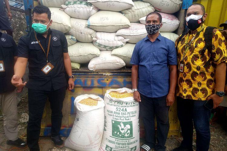Suroto melihat jagung pemberian Presiden Jokowi di gudang pakan miliknya di Desa Suruhwadang, Kecamatan Kademangan, Kabupaten Blitar, Senin (20/9/2021)