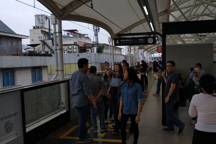 Keramaian pada jam makan siang di Stasiun MRT Blok M, Jakarta Selatan, Jumat (5/4/2019)