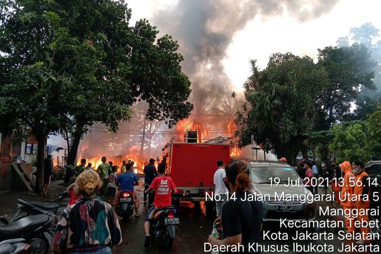 Kebakaran di kawasan tempat tinggal di pinggir kali Ciliwung, Manggarai, Jakarta Selatan, Senin (19/7/2021)