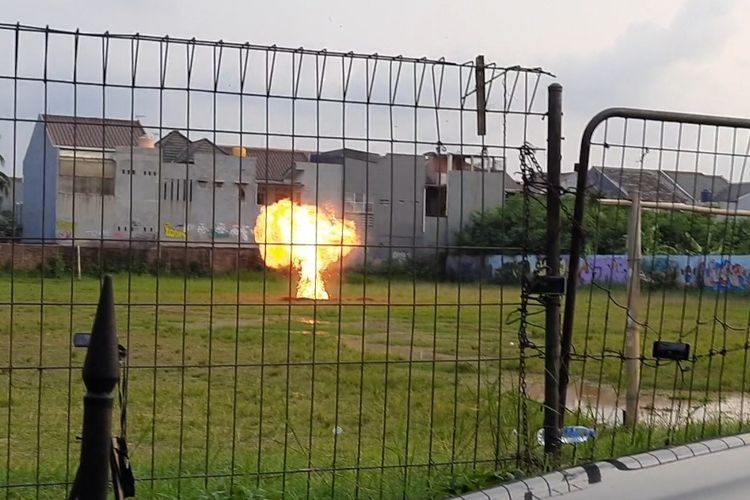Petugas dari tim Gegana Polda Metro Jaya kembali meledakan sisa bahan peledak dari rumah terduga teroris di Jalan Raya Condet, Balekambang, Kramatjati, Jakarta Timur, pada Senin (29/3/2021). Kali ini, sisa bahan peledak diledakan di Lapangan Bola di Jalan Batu Alam Jaya, Batu Ampar.