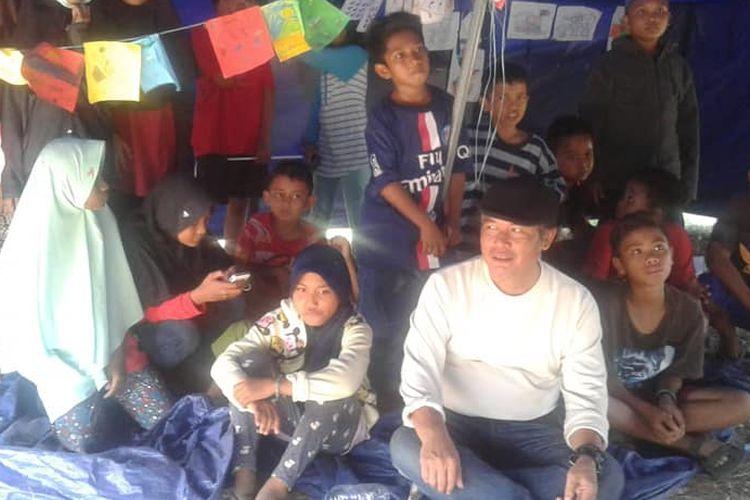 Jodhi Yudono di tengah anak-anak Pengungsi di Petobo, Sulteng.