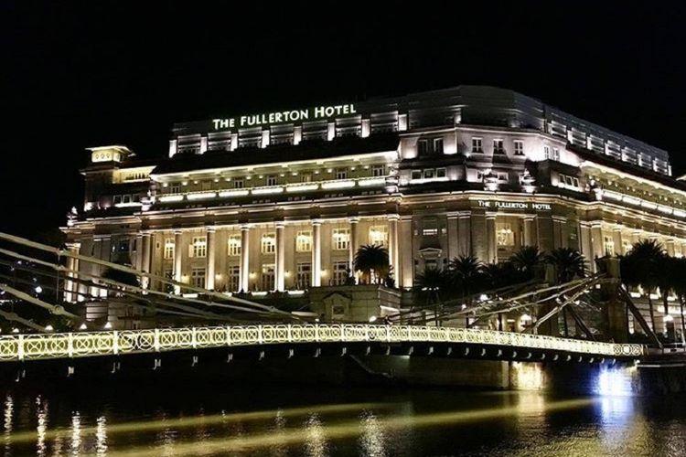 Hotel Fullerton Singapura terlihat dari Jembatan Cavenagh