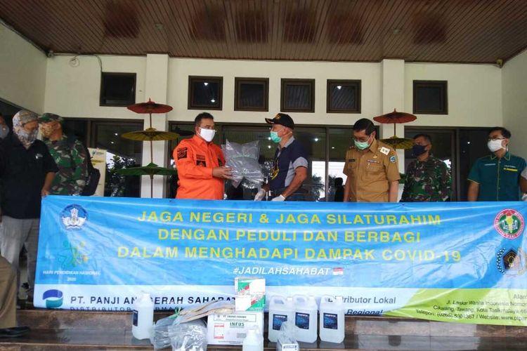 Wali Kota Tasikmalaya Budi Budiman saat menerima bantuan perlengkapan medis di masa pandemi corona, beberapa waktu lalu.
