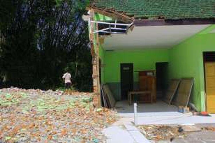 Foto : Inilah dua ruang kelas SDN 02 Tugurejo, Kecamatan Slahung, Kabupaten Ponorogo yang dirobohkan karena rusak parah diterjang bencana tanah gerak.