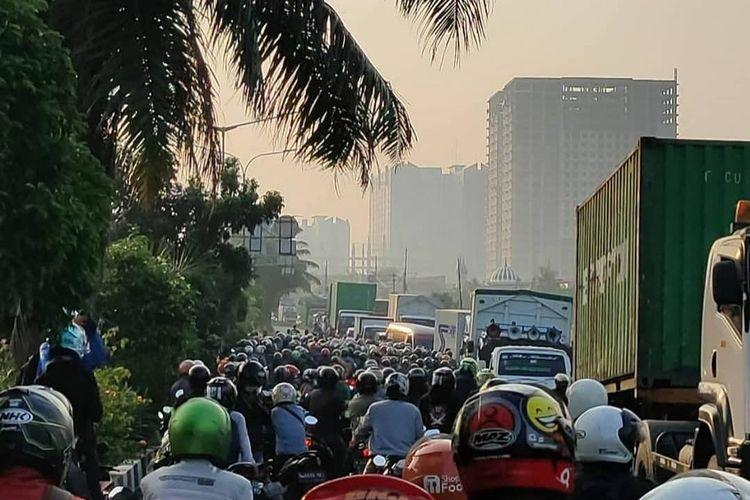 Tangkapan layar akun instagram @info.jakartabarat kemacetan di Jalan Daan Mogot, Jakarta Barat, pada Senin (5/7/2021) sebagai imbas adanya penyekatan dalam rangka pemberlakuan pembatasan kegiatan masyarakat (ppkm) mikro darurat di Jakarta.