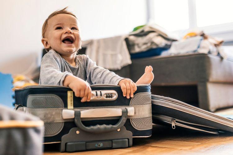 Ilustrasi bayi dan bagasi.