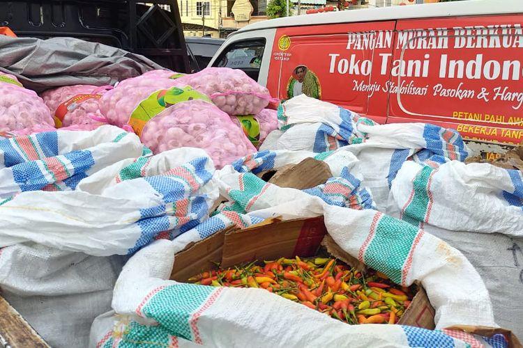 Pasokan cabai dan bawang putih yang dijual di gelar pangan murah toko tani Indonesia.