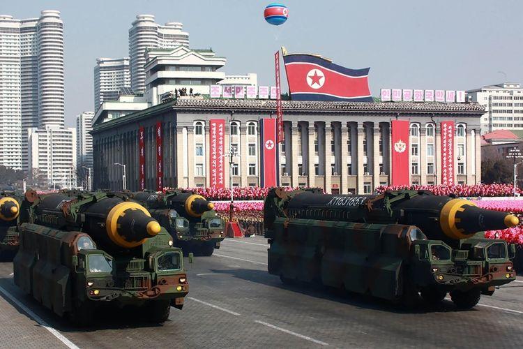 Foto yang dirilis kantor berita Korea Utara, KCNA, bertanggal 8 Februari 2018, menunjukkan misil Korea Utara, Hwasong-12, dalam parade militer di Pyongyang.