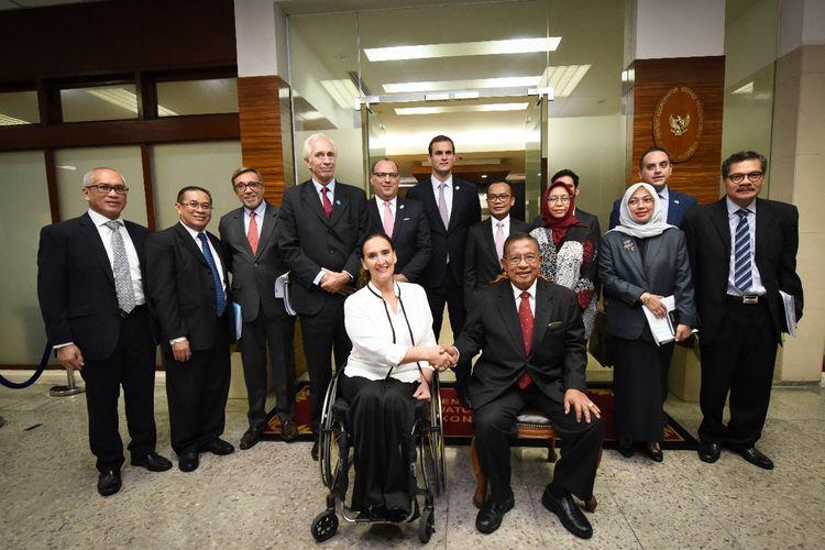 Menteri Koordinator Perekonomian Darmin Nasution bersama Wakil Presiden  Argentina  di Kantor Kemenko Perekonomian, Jakarta, Rabu (8/5/2019)