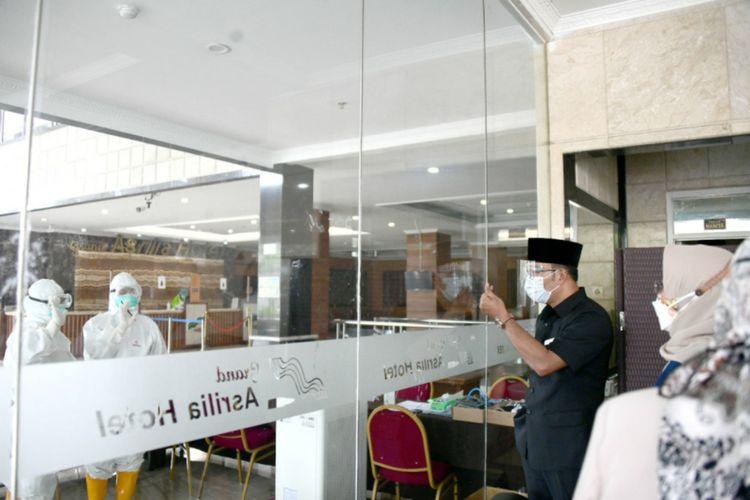 Gubernur Jawa Barat Ridwan Kamil meninjau kesiapan Hotel Grand Asrilia sebagai lokasi karantian pasien Covid-19, Senin (28/6/2021).