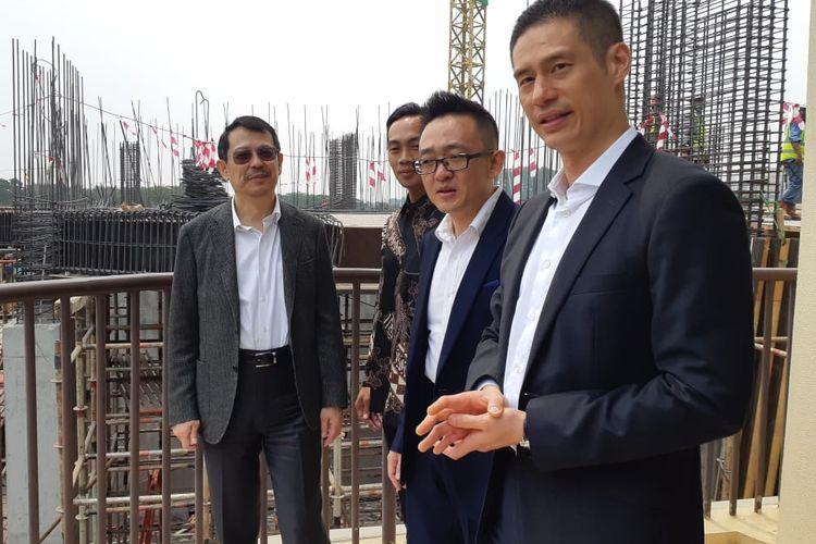 Direktur Utama Brewin Mesa Sutera Bill Cheng didampingi Direktur Utama China State Construction Overseas Development Shanghai Steven Lee, dan Direktur Utama Davy Sukamta and Partners dalam sesi foto perkembangan proyek The Lana yang telah mencapai lantai dua, Kamis (14/8/2019).