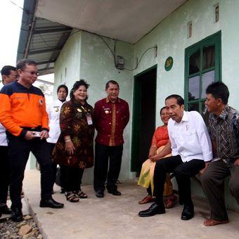 Presiden Joko Widodo (tengah) bersama Kepala BNPB Willem Rampangilei (kiri) dan Bupati Karo Terkelin Brahmana (kiri ketiga) berbincang dengan warga saat berkunjung di kawasan perumahan relokasi pengungsi Gunung Sinabung di Desa Siosar, Karo, Sumatera Utara, Sabtu (14/10). Perumahan untuk relokasi pengungsi Sinabung yang dipersiapkan sebanyak 370 rumah baru itu akhirnya selesai dan telah dihuni oleh para pengungsi.