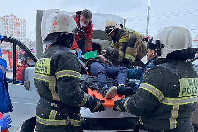 Petugas pemadam kebakaran dan tim medis di Volga River, Rusia, menyelamatkan Mazar, bocah 11 tahun yang bunuh diri karena patah hati gadis pujaannya suka dengan orang lain.