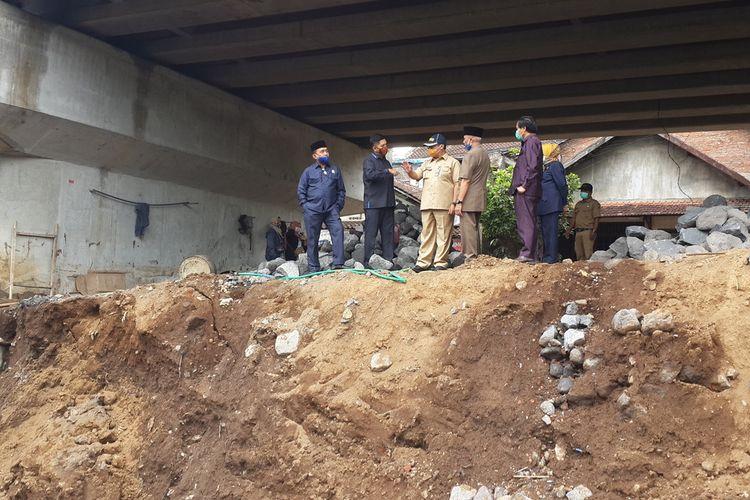 Sejumlah anggota Komisi C DPRD Kota Malang saat sidak plengsengan ambrol di lokasi proyek Jembatan Kedung Kandang Kota Malang, Selasa (24/11/2020).