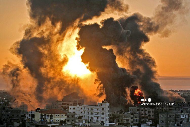 Kebakaran di Khan Yunish menyusul serangan udara Israel terhadap sasaran di Jalur Gaza Selatan, pada Rabu pagi (12/5/2021).