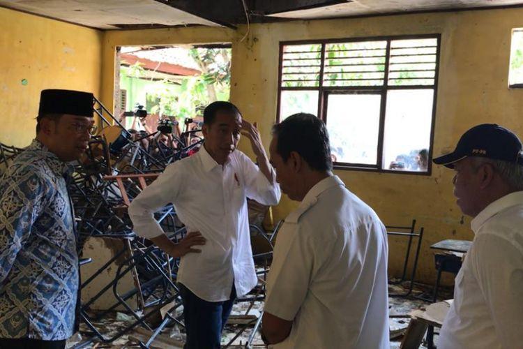 Presiden Joko Widodo saat meninjau SMP 1 Muara Gembong, Kabupaten Bekasi, Jawa Barat, Rabu (30/1/2019).