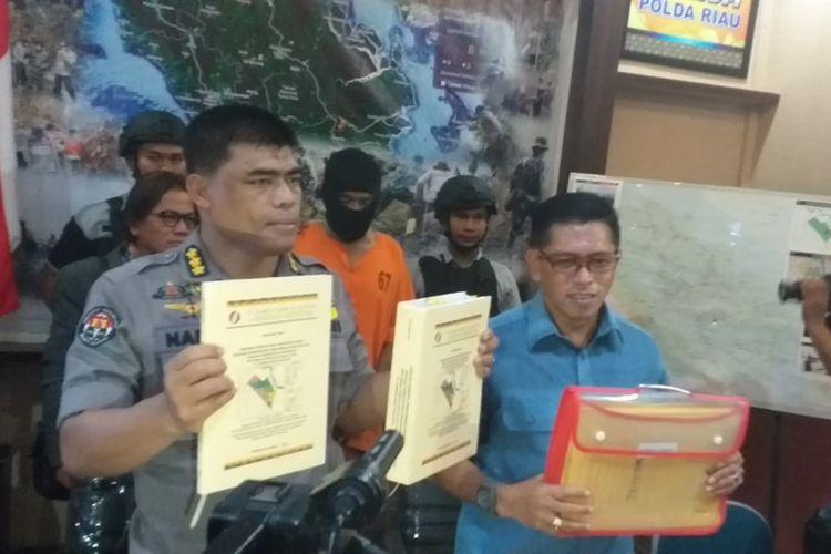 Polda Riau menggelar konferensi pers penetapan tersangka Direktur Utama dan Manager Operasional PT SSS terkait kasus karhutla di Pekanbaru, Riau, Selasa (8/10/2019).