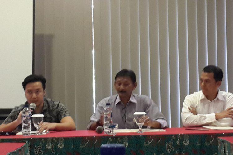 General Manager Jatim Park 2, Agus Mulyanto (tengah) bersama David (kiri) pengunjung Batu Secret Zoo, Jatim Park 2, Kota Batu yang menyemburkan asap vape kepada primata asal Afrika, red-tailed guenon saat menyampaikan permintaan maaf, Senin (30/7/2018)