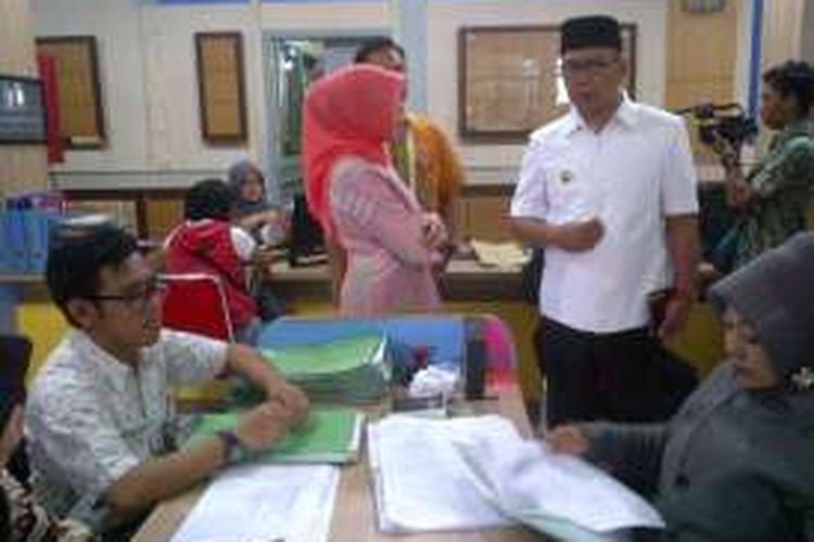 Wali Kota Bandung Ridwan Kamil saat memantau pelayanan kependudukan di Kantor Dinas Kependudukan dan Catatan Sipil, Jalan Ambon, Kamis (8/9/2016). KOMPAS.com/DENDI RAMDHANI