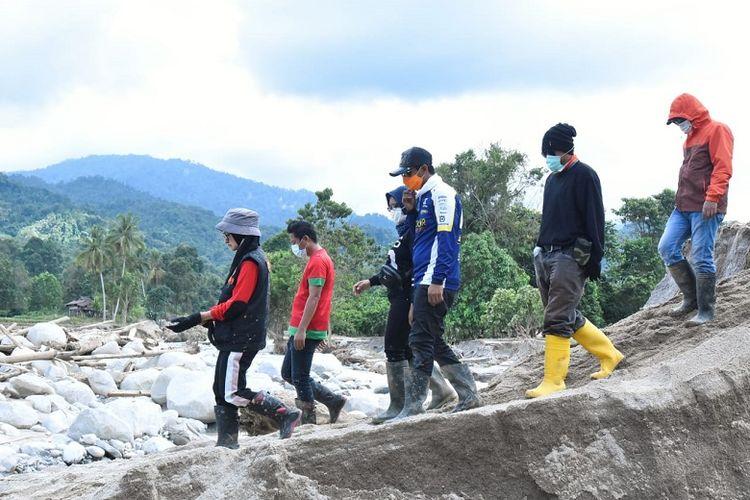 Suasana kunjungan bupati dan tim menuju lokasi longsor