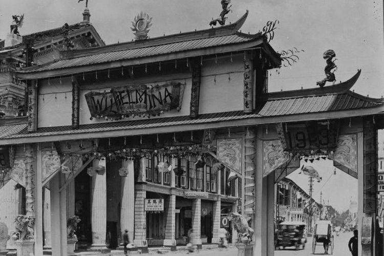Foto gerbang Cina di Kesawan untuk memperingati ulang tahun ke-25 Pemerintahan Ratu Wilhelmina yang diambil tahun September 1923.