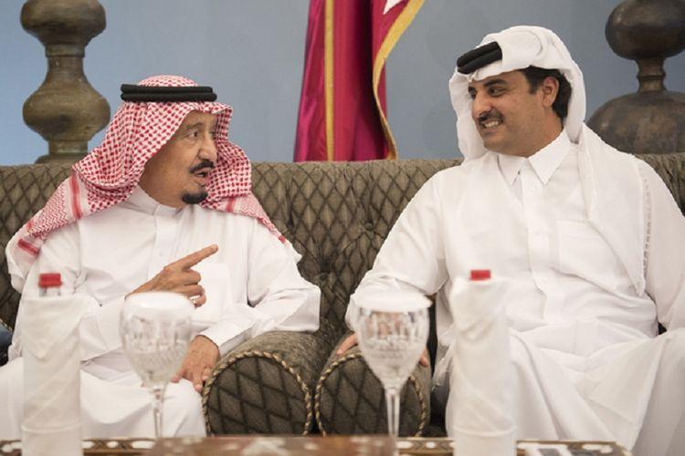 Raja Salman dari Arab Saudi (kiri) ketika berbincang dengan Emir Qatar Sheikh Hamim bin Hamad Al Thani pada 6 Desember 2016.