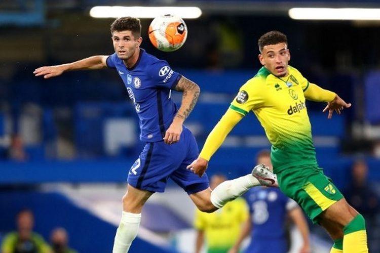 Christian Pulisic dan Ben Godfrey dalam laga Chelsea vs Norwich City pada pekan ke-36 Liga Inggris 2019-2020.