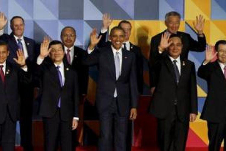 Para pemimpin APEC melambaikan tangan kepada media dalam acara