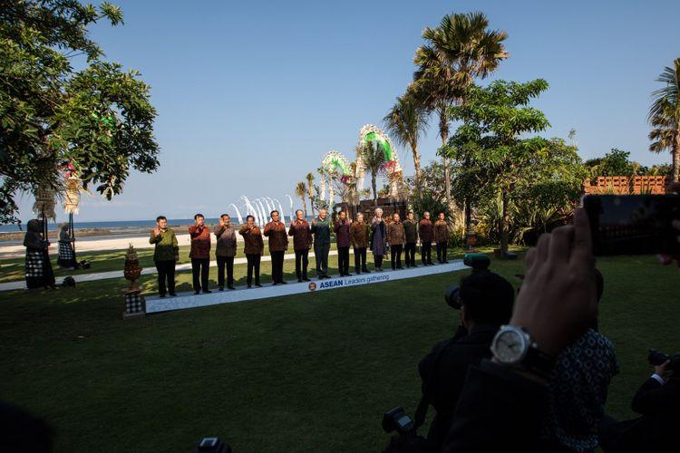 Suasana saat para kepala negara/pemerintahan negara-negara ASEAN, sekjen ASEAN, direktur pelaksana IMF, presiden Grup Bank Dunia, sekjen PBB mengikuti sesi Family Photos pada ASEAN Leaders Gathering di Hotel Sofitel, Nusa Dua, Bali, Kamis (11/10). ASEAN Leaders Gathering digelar di sela-sela Pertemuan Tahunan IMF - World Bank Group Tahun 2018. ANTARA FOTO/ICom/AM IMF-WBG/Afriadi Hikmal/wsj/2018.
