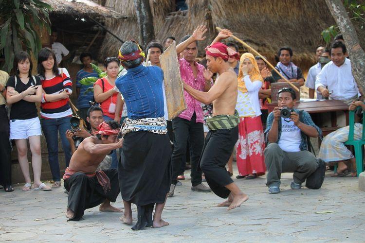 Mengenal Tradisi Peresean, Budaya Adu Cambuk dari Lombok