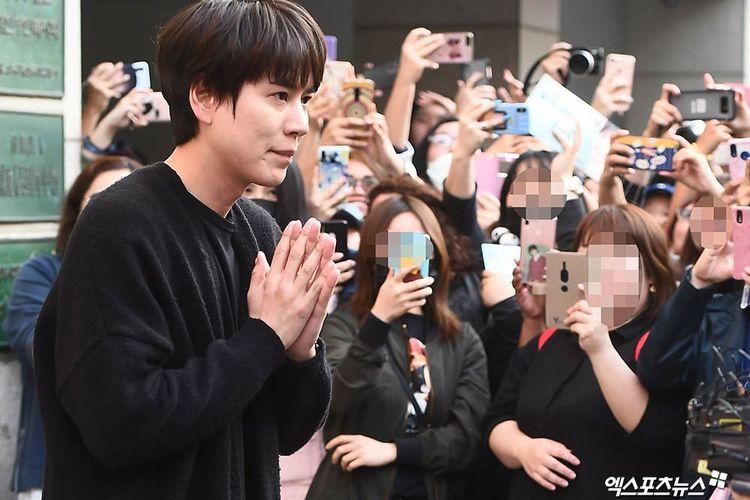 Member termuda Super Junior Kyuhyun menyapa para penggemar yang menantinya di luar kantor tempat ia menjalani wajib militer selama dua tahun terakhir, Selasa (7/4/2019).
