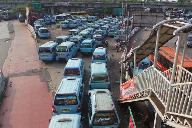 Antrian angkutan mikrolet memenuhi Terminal Kampung Melayu sampai menutupi jalur Transjakarta. Kondisi padatnya angkutan umum ini diakibatkan sepinya penumpang di bulan puasa. Kamis (3/7/2014).