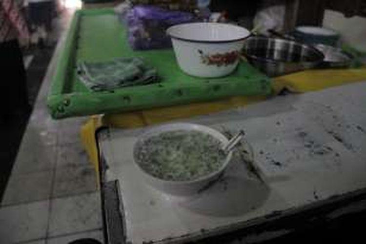 Semangkuk es dawet telasih Ibu Dermi tersaji di meja kecil warung di Pasar Gede Hardjonagoro, Solo, Jawa Tengah, Jumat (22/7/2016). Semangkukk es dawet telasih ditawarkan dengan harga Rp 8.000.