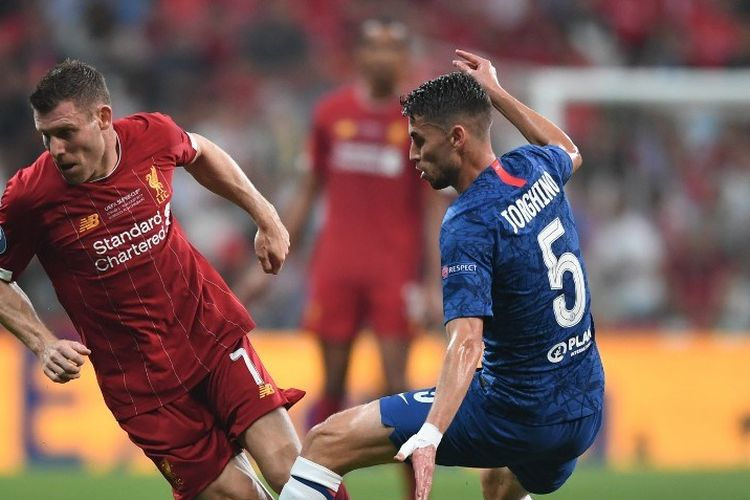 James Milner dan Jorginho berebut bola pada pertandingan Liverpool vs Chelsea dalam laga Piala Super Eropa 2019 di Istanbul, 14 Agustus 2019.