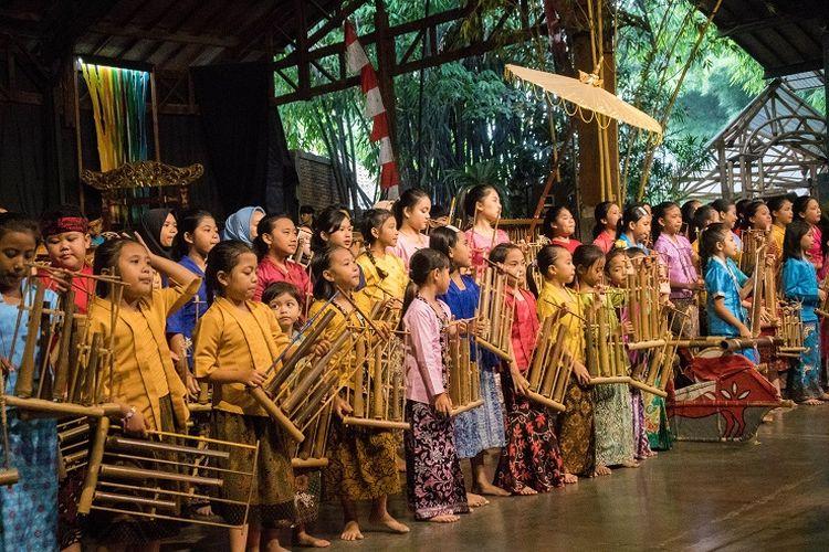 Para murid Saung Angklung Udjo yang sedang mendemonstrasikan heleran atau arak-arakan kepada para wisatawan, Bandung, Kamis (16/1/2020).