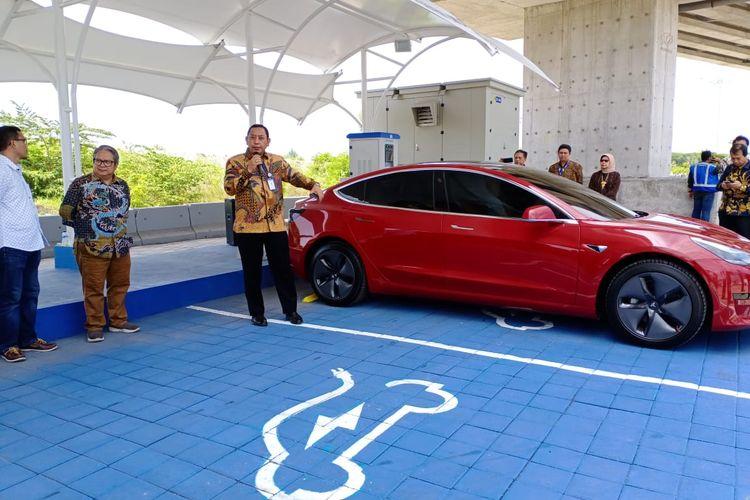 Direktur Utama PT Jasamarga Bali Toll Enkky Sasono menjelaskan mengenai Stasiun pengisian Kendaraan Listruik Umum (SPKLU) di Tol Bali Mandara, Selasa (25/2/2020).