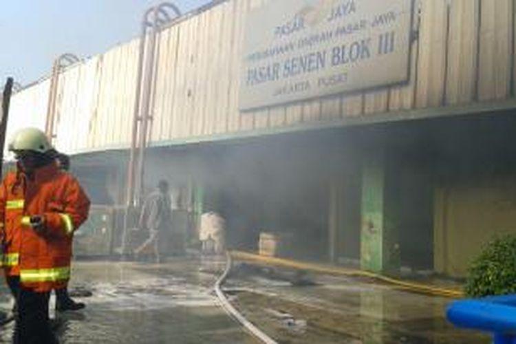 Kebakaran melanda Blok III Pasar Senen, Jakarta Pusat, Jumat (25/4/2014).
