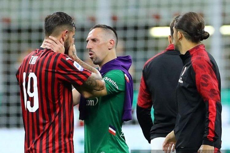 Pemain Fiorentina, Franck Ribery memberi semangat pemain AC Milan usai laga AC Milan vs Fiorentina di San Siro dan berakhir kekalahan untuk tuan rumah, 1-3.