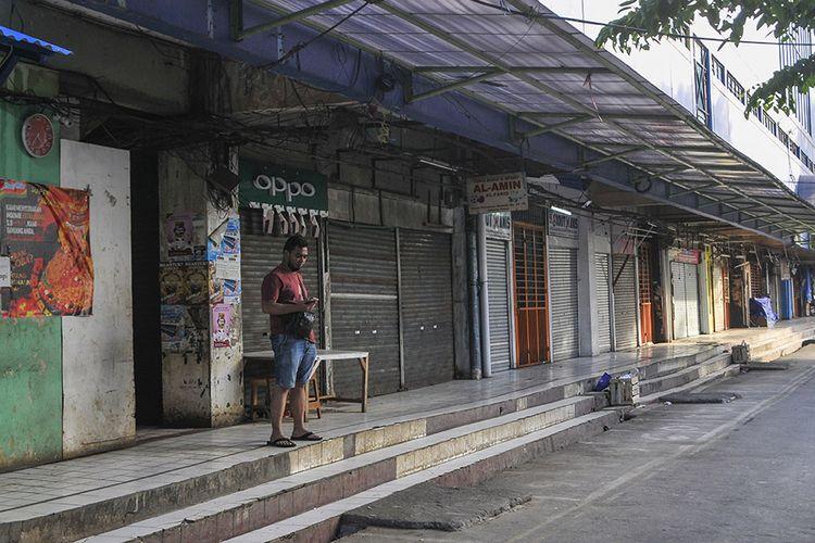 Suasana pertokoan Pasar Perumnas yang tutup di Jakarta Timur, Kamis (4/6/2020). Penutupan Pasar Perumnas tersebut terkait adanya 20 pedagang yang positif COVID-19 dari penambahan kasus sebanyak 15 orang usai tes swab gelombang dua yang dilakukan Puskesmas Duren Sawit.