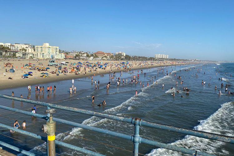 Suhu di California, Amerika Serikat, mencapai 48 derajat Celcius pada Minggu (6/9/2020). Warga pun berbondong-bondong ke pantai untuk menyegarkan diri.