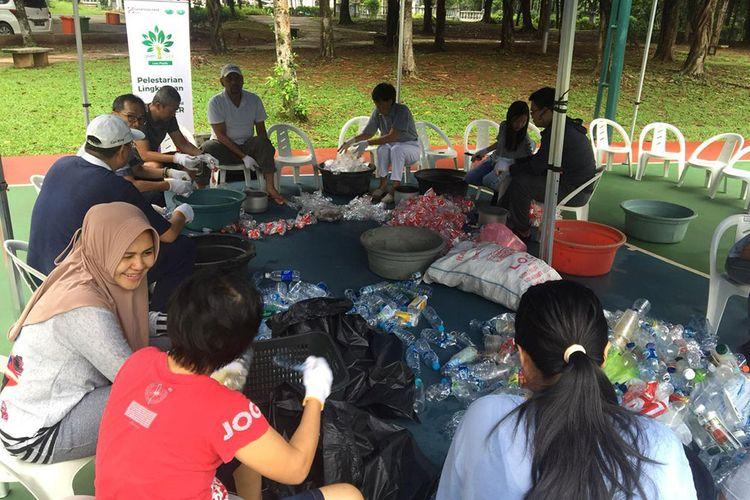 Kesibukan warga warga klaster Victoria River Park dan Greencove, BSD City, Tangerang Selatan memilah sampah